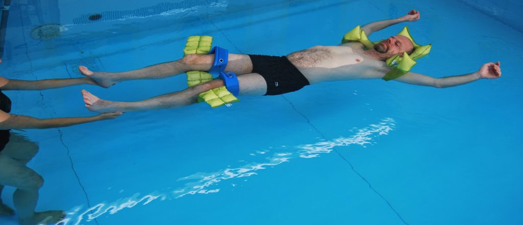 Aqua-Relax: Der Kopf liegt auf einem Kissen.